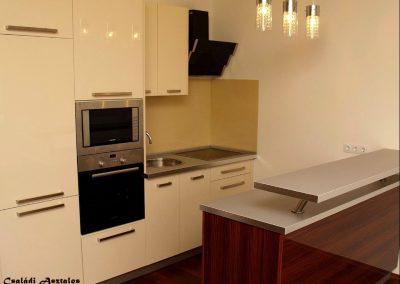 modern fehér konyhabútor bárpulttal