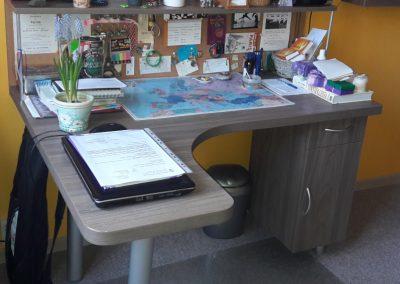 szürke íróasztal